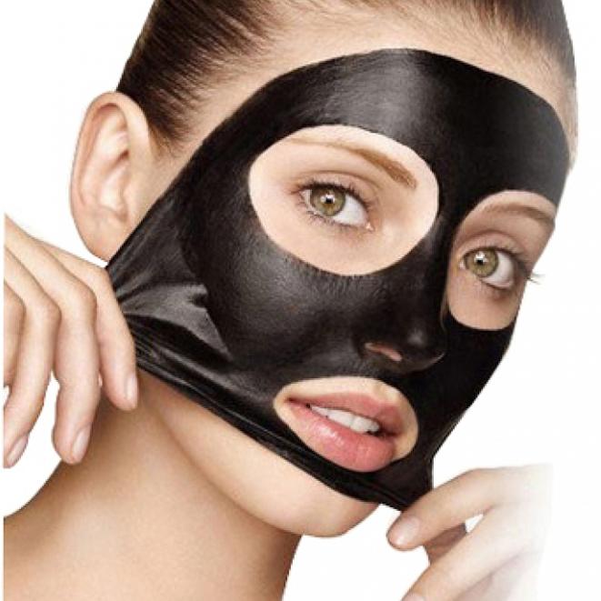 En kvinna med en svart ansiktsmask från Doberyl.