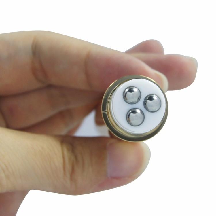 Produktens innehåll appliceras genom att rullas på huden under ögonen.