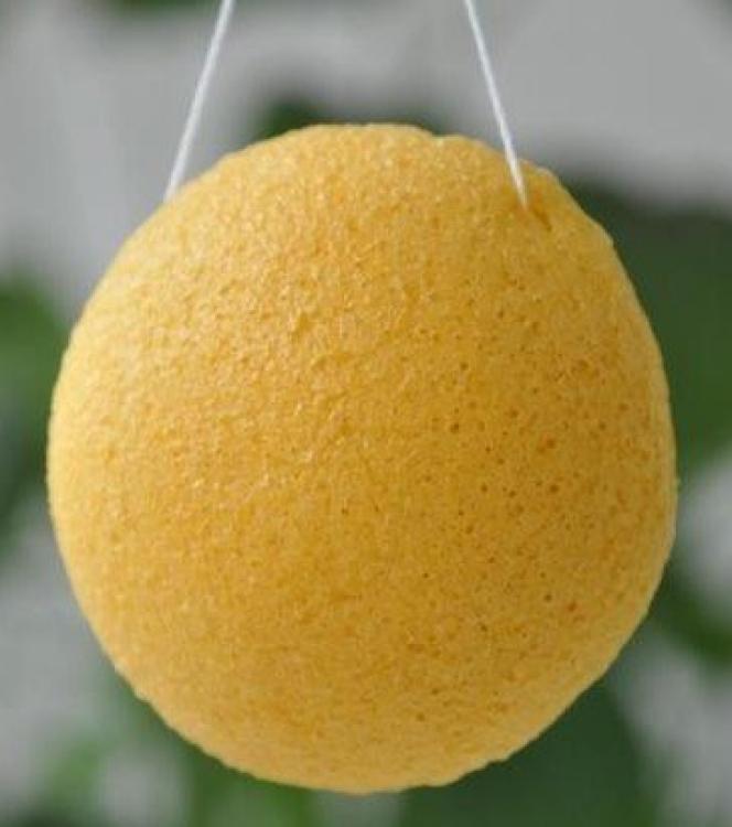 En gul konjacsvamp som är helt ekologisk.