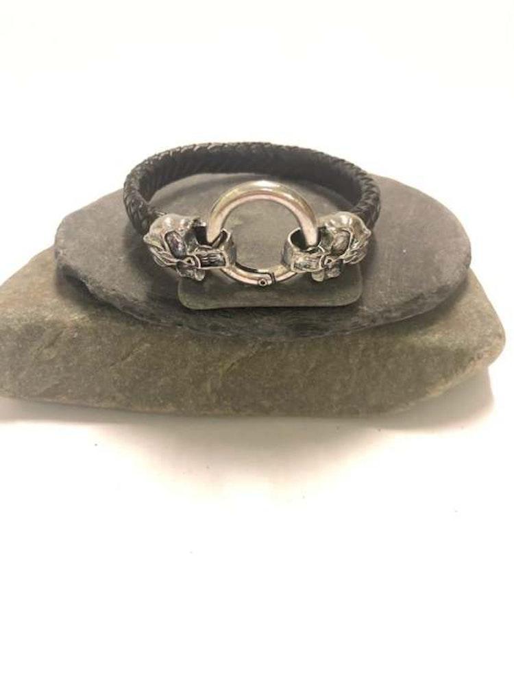Flätat läderarmband med silver döskalle.