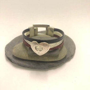 Armband i rött/vitt/blått läder med text Love,Hope,Heart