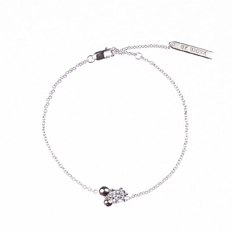 By Björk armband i silver med sten och två kulor designad av smyckesdesignen Sofia Björk