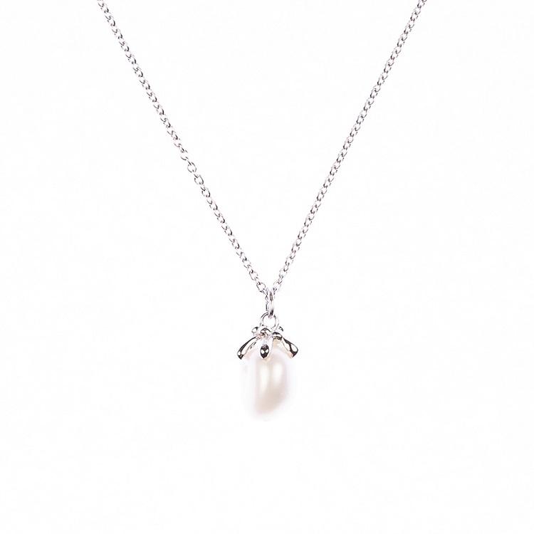 By Björk halsband i silver med pärla av smyckesdesigner Sofia Björk