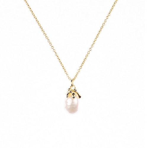 Halsband i guldförgyllning med oregelbunden sötvattenspärla