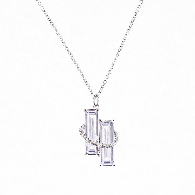 By Björk halsband i silver med två stenar och stenar i ett band runt om av smyckesdesigner Sofia Björk