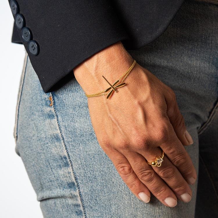 By Björk armband i silver med guldförgyllning med slända av smyckesdesigner Sofia Björk