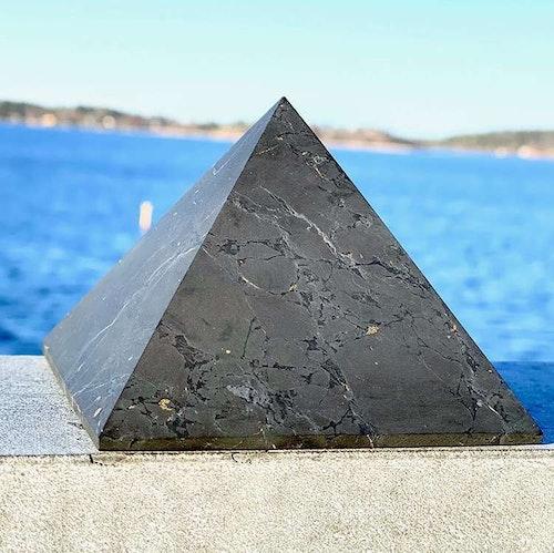 Shungitpyramid opolerad