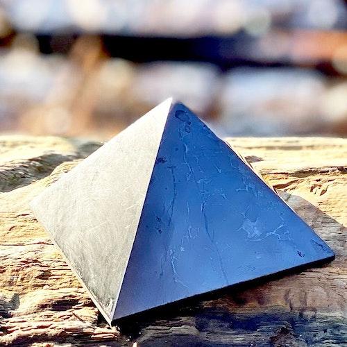 Shungitpyramid polerad