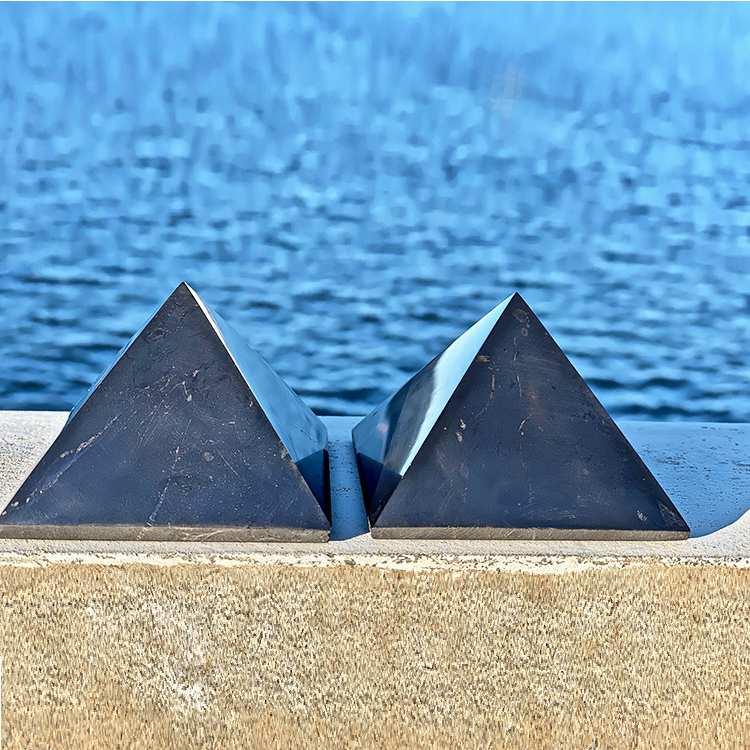Shungit pyramid XL polerad 10 cm