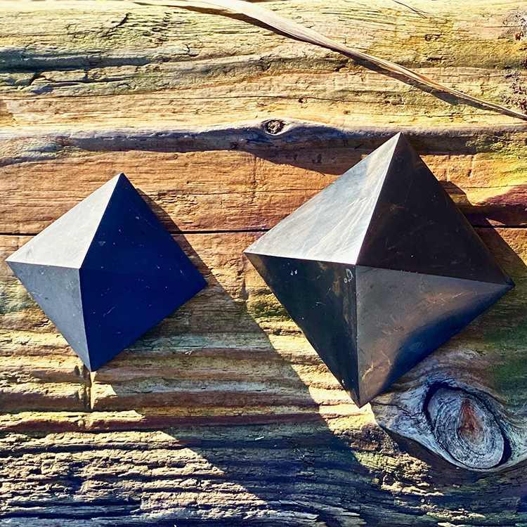 Shungit pyramid Mellan polerad, 5 cm