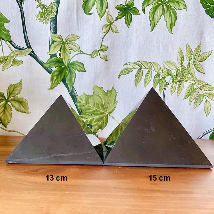 Shungit pyramid XXXL polerad 15 cm