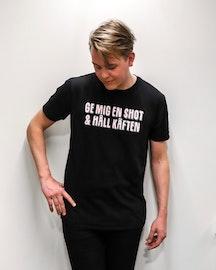 """T-shirt """"Ge mig en shot & håll käften"""" (Svart)"""