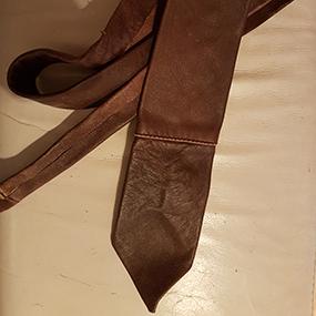 Slips, brunt läder
