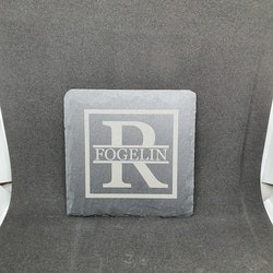 Glasunderlägg i skiffer med stilrent lasergraverat monogram