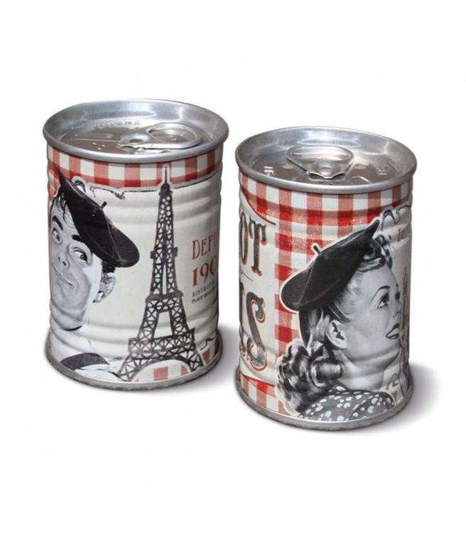 rödrutiga retro salt och pepparkar i plåt med texten Paris.