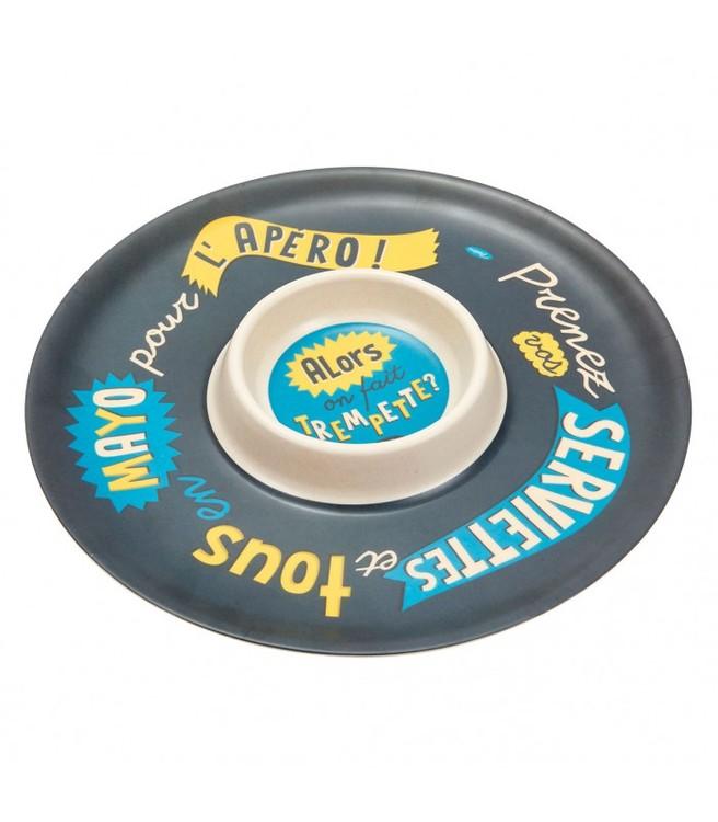 Blå dipbricka med olika texter och en skål i mitten på brickan.