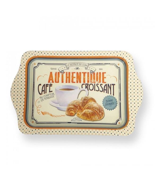 Vit liten bricka med kaffekopp och croissant på i metal.