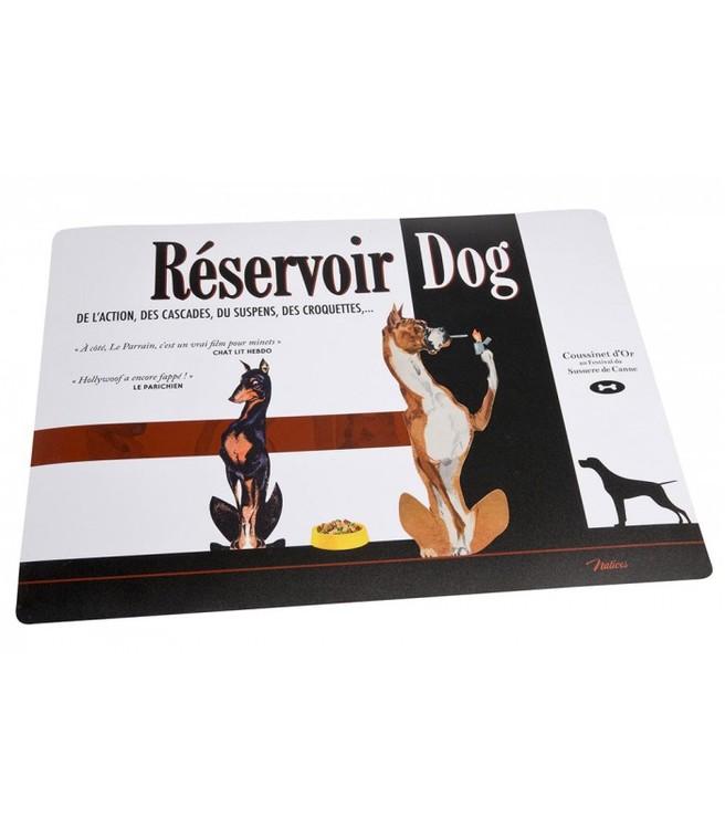 Vit och svart plastmatta för matskålar till djuren. 2st hundar på och lite text.
