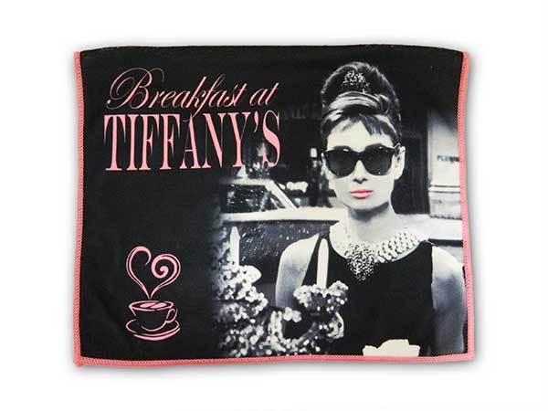 Svart kökshandduk men rosa med Audrey Tiffanys.
