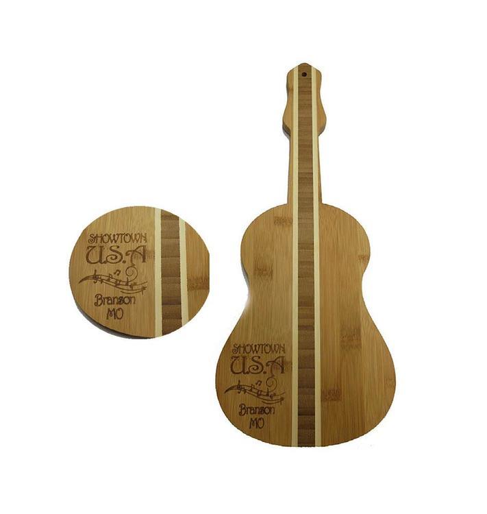 Gitarrformad skärbräda i trä.