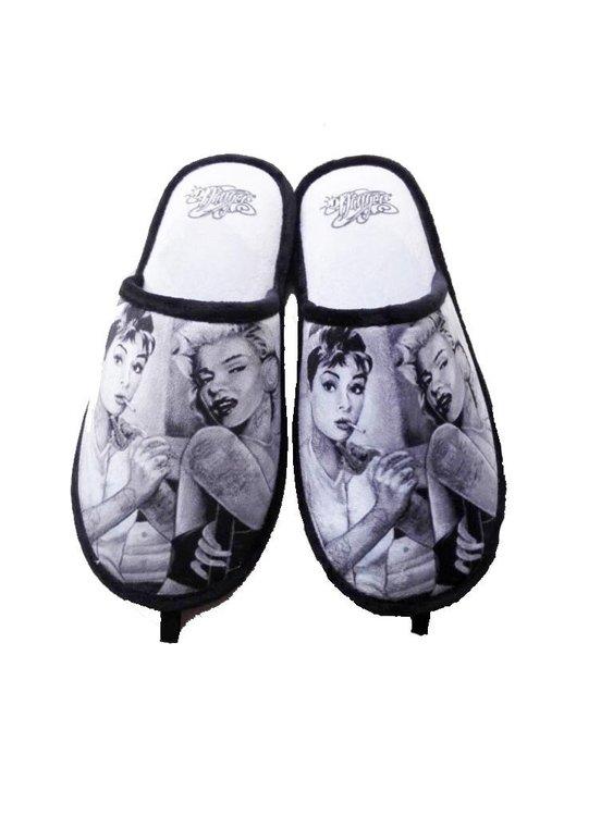 Innetofflor med James Danger motiv i svartvitt av Audrey Hepburn och Marilyn Monroe.