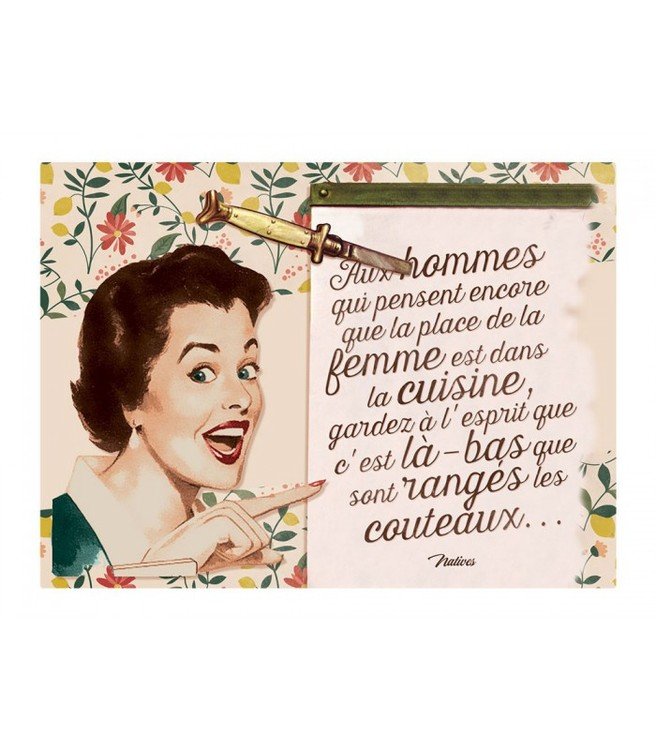 En kvinna på en skylt i plåt som pekar på en lista full med fransk text.