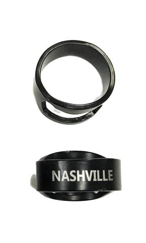 Svart ring som fungerar som en öppnare, liten och enkel.