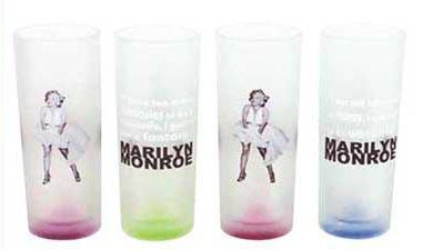 4st vanliga glas med Marilyn Monroe i en vit klänning och olika färger på varje glas.