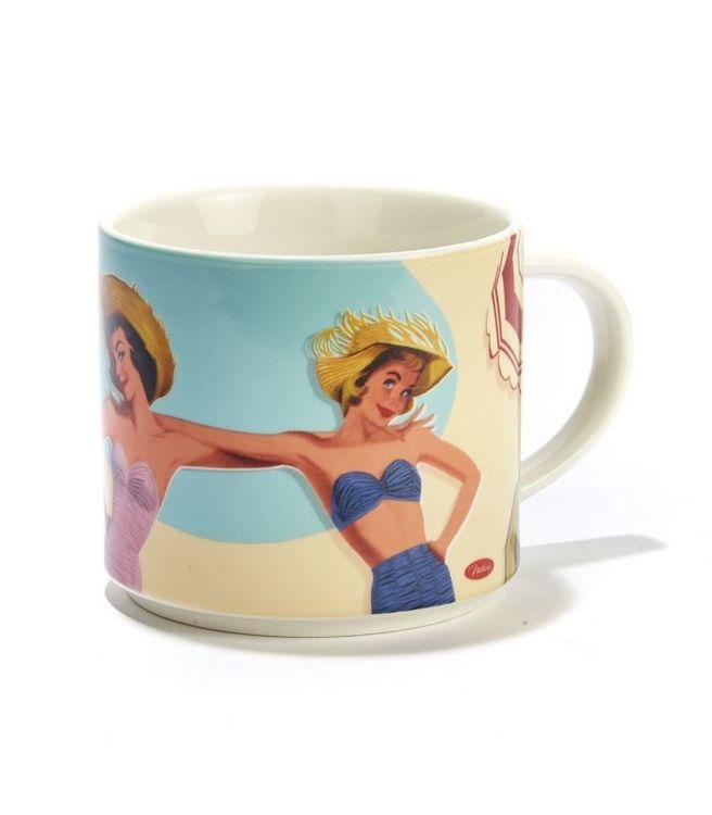 Stor kaffemugg med tjejer på stranden.