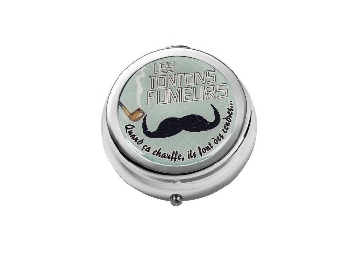 Fickaskkopp i metall med mustasch och pipa som motiv, perfekt till herrar.
