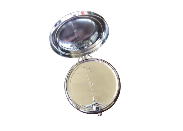 Fickaskkopp med öppet lock, och snudd på spegelblank insida.
