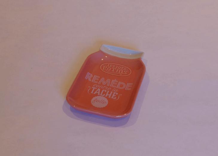 Ett litet fat i porslin som används som slevunderlägg vid matlagning.