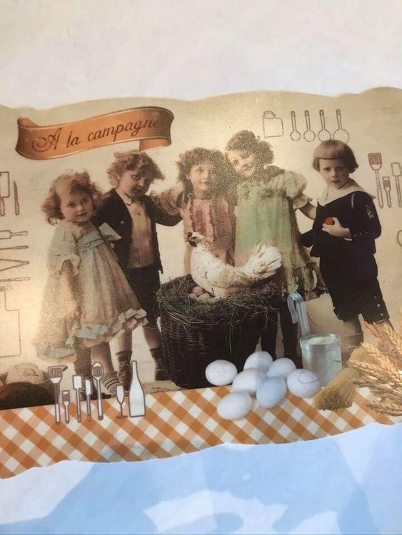 Nostalgibarn på en bordstablett av plast med vågiga kanter.