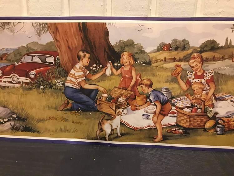 Picknick i gräset uppdukat som motiv på denna bonad.