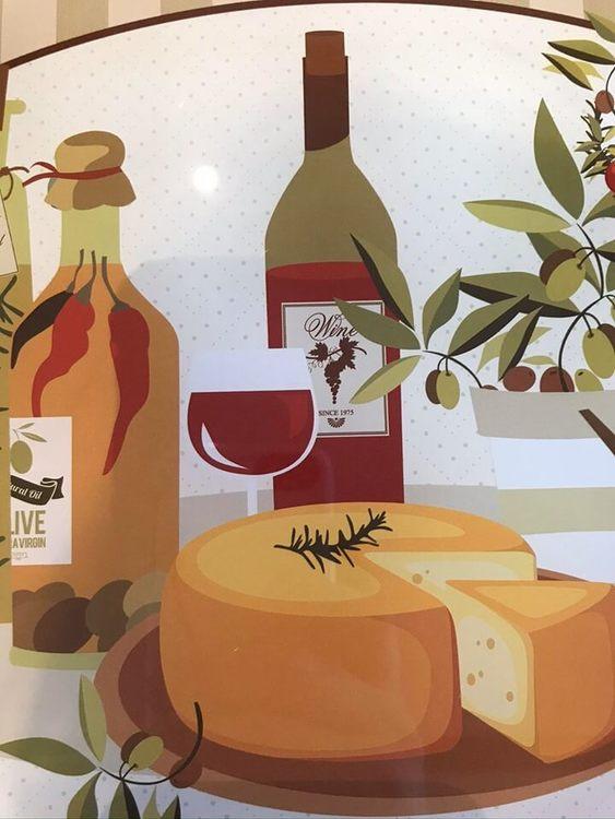 Vinglas, vinflaska och ost som motiv på denna skärbräda i glas.