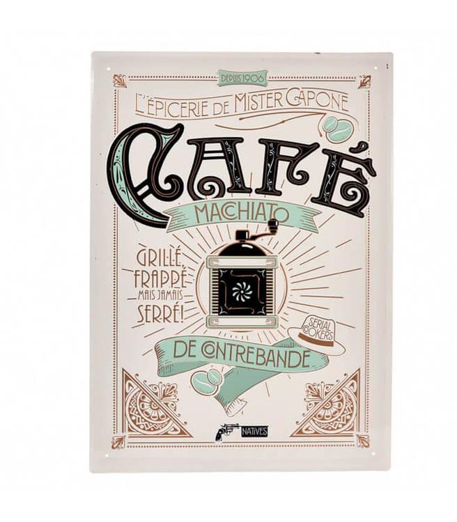 Vit stor skylt i plåt med svart text Café och en kaffekvarn på.