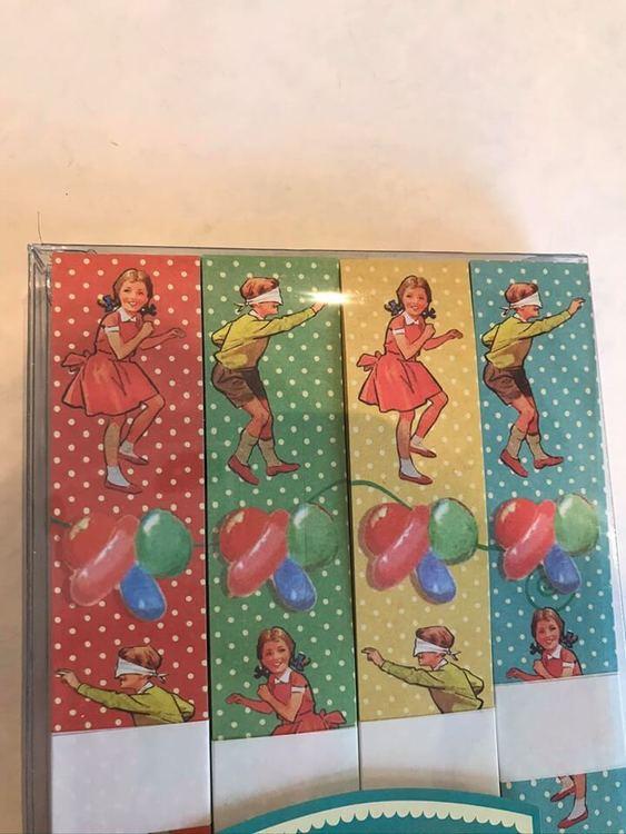 Girlanger med motiv av barn som leker i papper, sätt ihop själv.