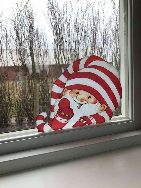 Glad gullig tomte som fönsterdekor, randig.