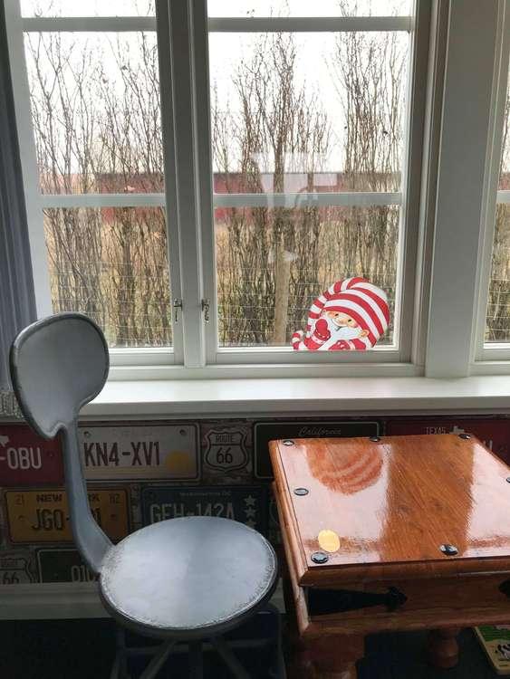 Fönsterdekor av Charlotta Carlqvist, en glad tomte, röd och vit.