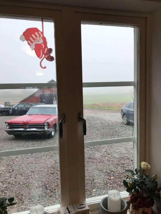 Fönsterdekor av Charlotta Carlqvist, en tomte som hänger i ett rep.