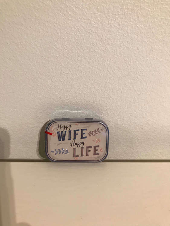 Happy wife happy life som text på denna lilla plåtask med minttabletter i.