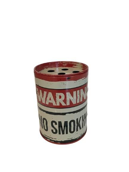 Plåtburk som askkopp, oljefat med old style och texten warning no smoking.