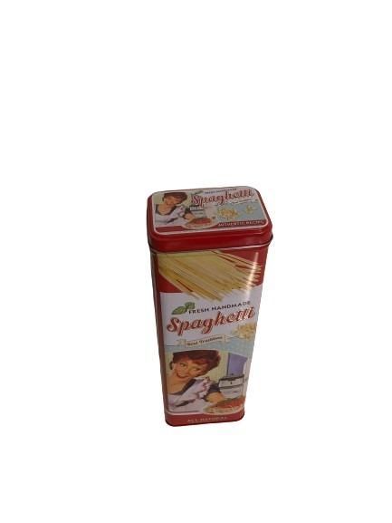 Fresh handmade spagetti att förvara i denna plåtburk i retrostil, röd.