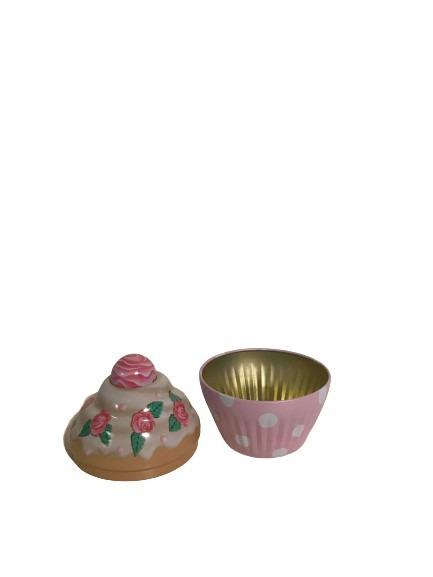 En plåtburk cupcake med rosa rosor på.