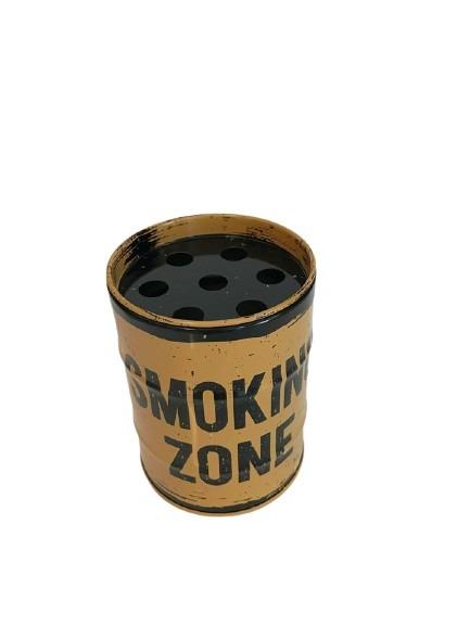 Rund plåtaskkopp som ser ut som ett oljefat, rök här.