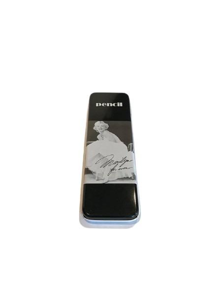Svart pennfodral i plåt med Marilyn Monroe på.
