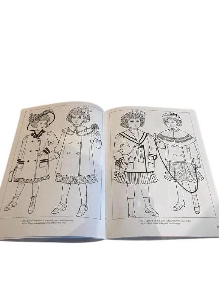 Barn med kläder från förr att måla i denna bok.