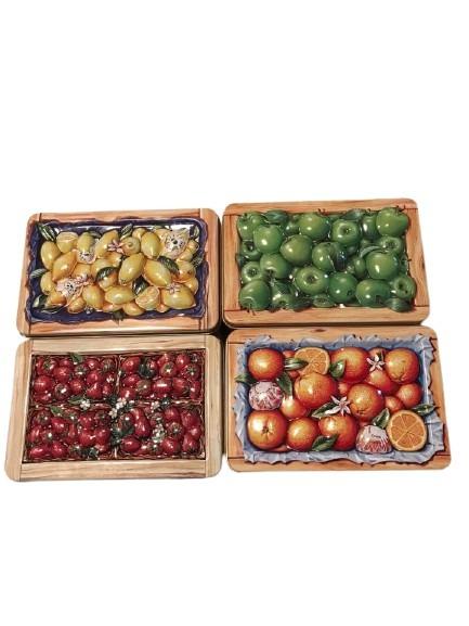 4st fruktlådor i plåt med präglade lock, citron, äpple, jordgubb och apelsin.