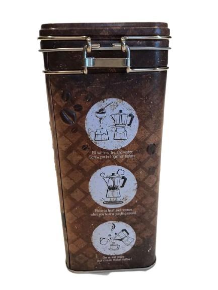 Kaffeburk i plåt där de visar hur man gör kaffe som motiv, retrostil.
