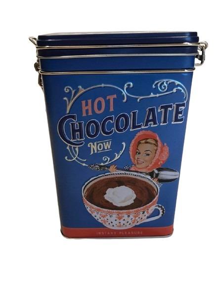 Blå plåtburk för oboy, en stor kopp varm choklad med grädde på som motiv.